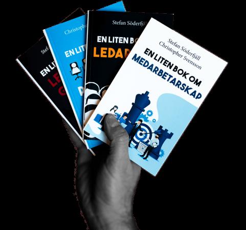 En hand håller upp en fyra böcker som ingår i bokserien En liten bok. Böckerna i serien handlar om arbetspsykologins olika delområden.